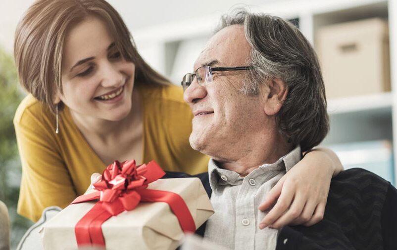 Filha dando presente de Dia dos Pais para o pai